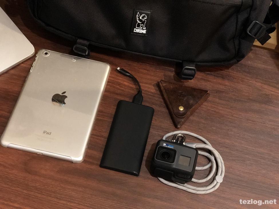 Chrome ボディバッグ KADET 外ポケットの中身 iPad mini・Anker モバイルバッテリー・GoPro HERO6・イルビゾンテ 小銭入れ