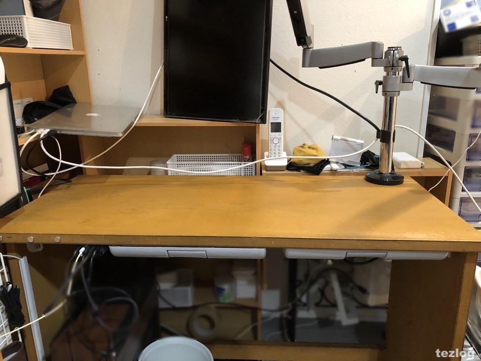 ウォールステッカーによるリメイク作業準備中の机