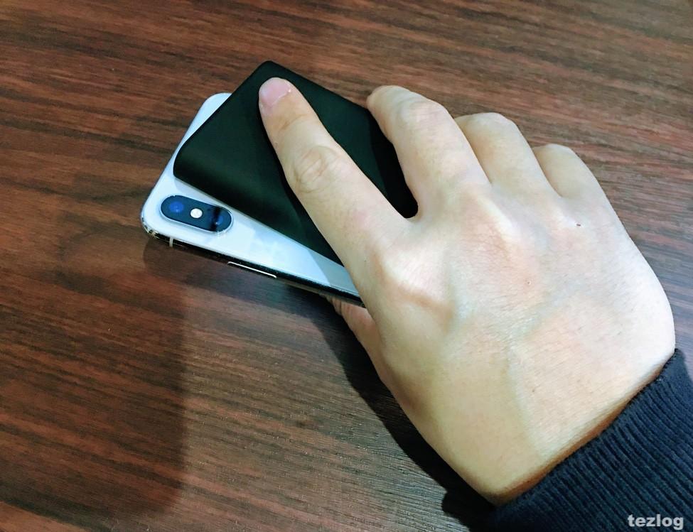 Anker PowerCore Slim 5000とiPhoneXを片手で持っている