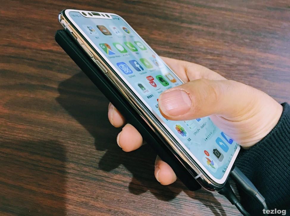 Anker PowerCore Slim 5000でiPhoneXを充電しながら操作