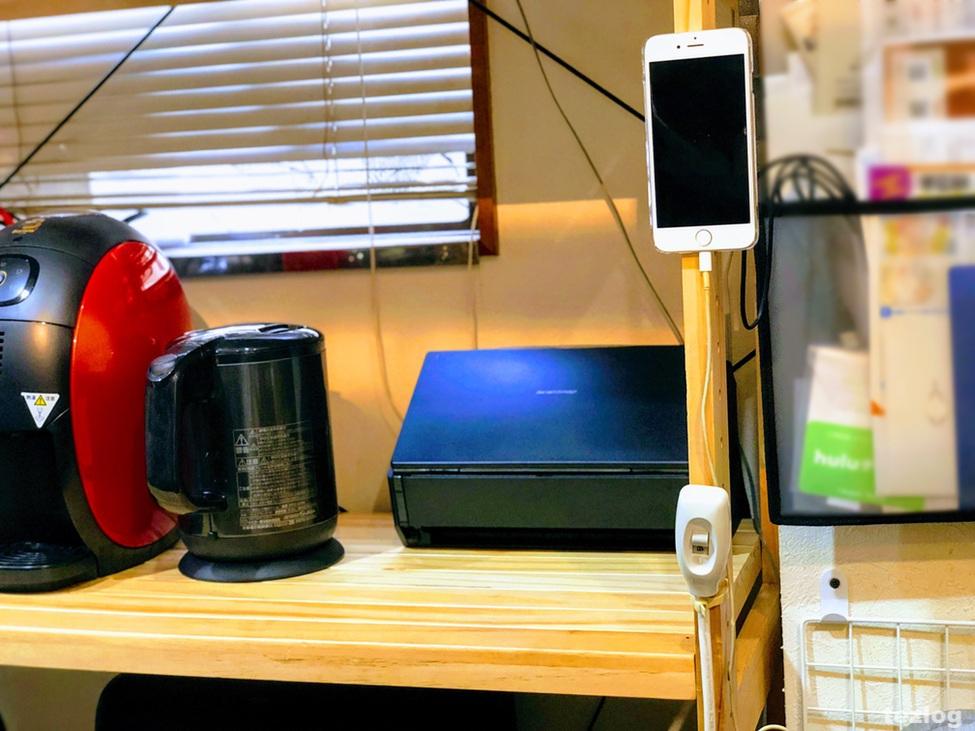 棚に貼り付けたiPhone6sとScansnapとTIGER 電気ケトルPCH-G080
