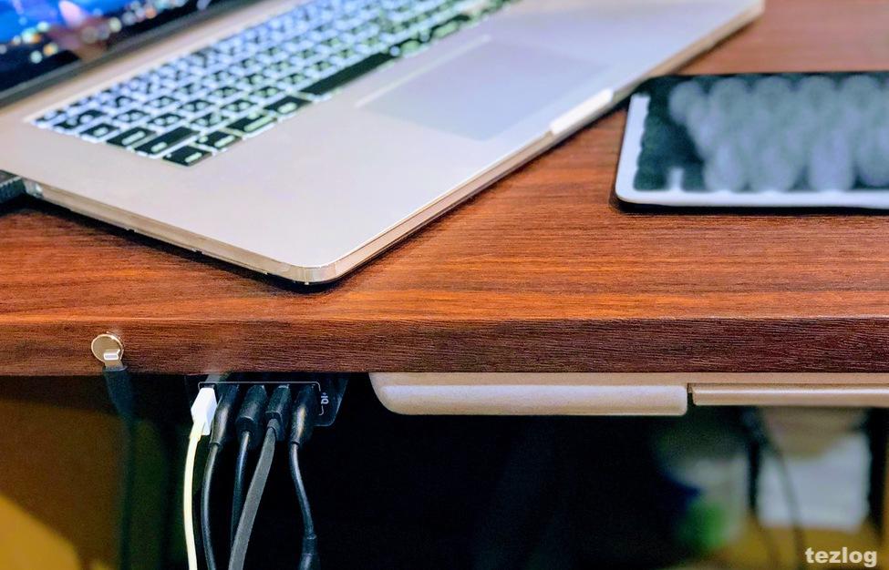 リメイクした机の天板にネオジウム磁石やANKERの充電器、引き出しを取り付け