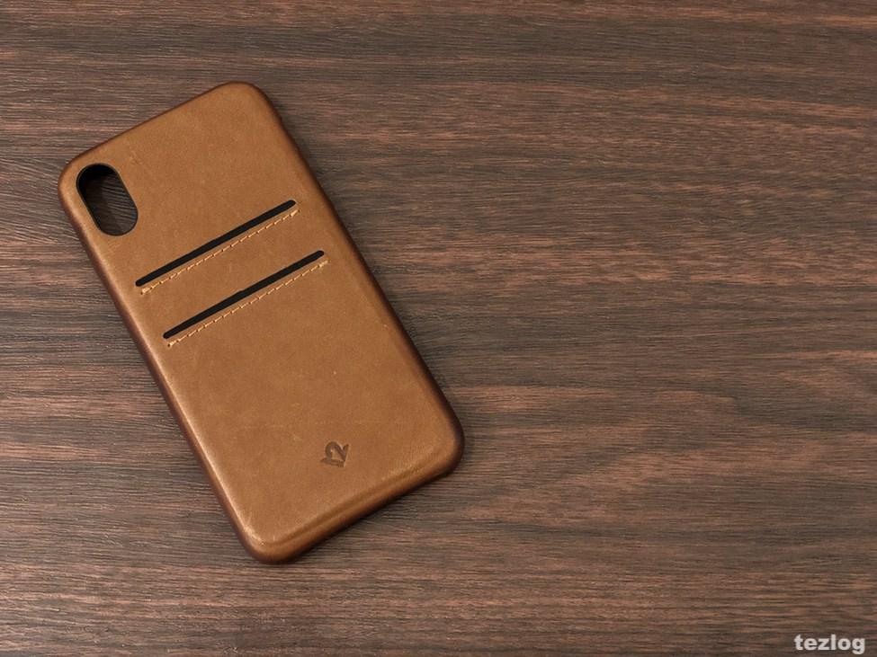 カードが2枚入る本革iPhone Xケース カード入れ側を上にして机に置いたTwelve South Relaxed Leather for iPhoneX