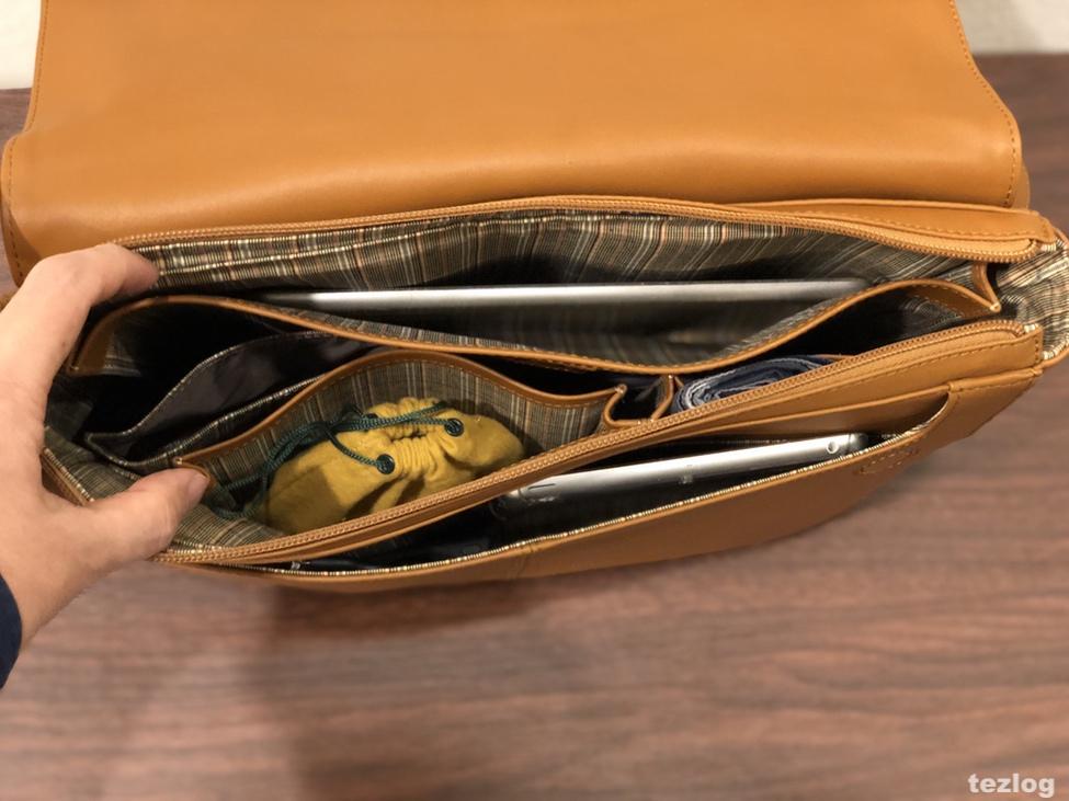 MOTHERHOUSE Zadan Messenger バッグ 中にiPadとiPad mini・Ankerの充電器・ハンカチ・クニルプスの傘を入れている画像