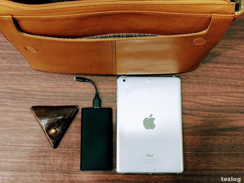 MOTHERHOUSE Zadan Messenger バッグ 外側のポケットとそこに入るiPadとAnkerのPowerCoreSlim5000とイルビゾンテの小銭入れ