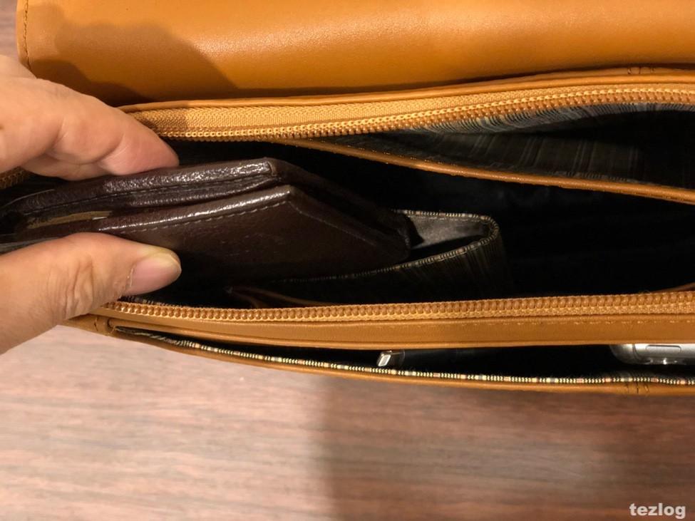 MOTHERHOUSE Zadan Messenger バッグ 中の財布が入るポケットのアップ