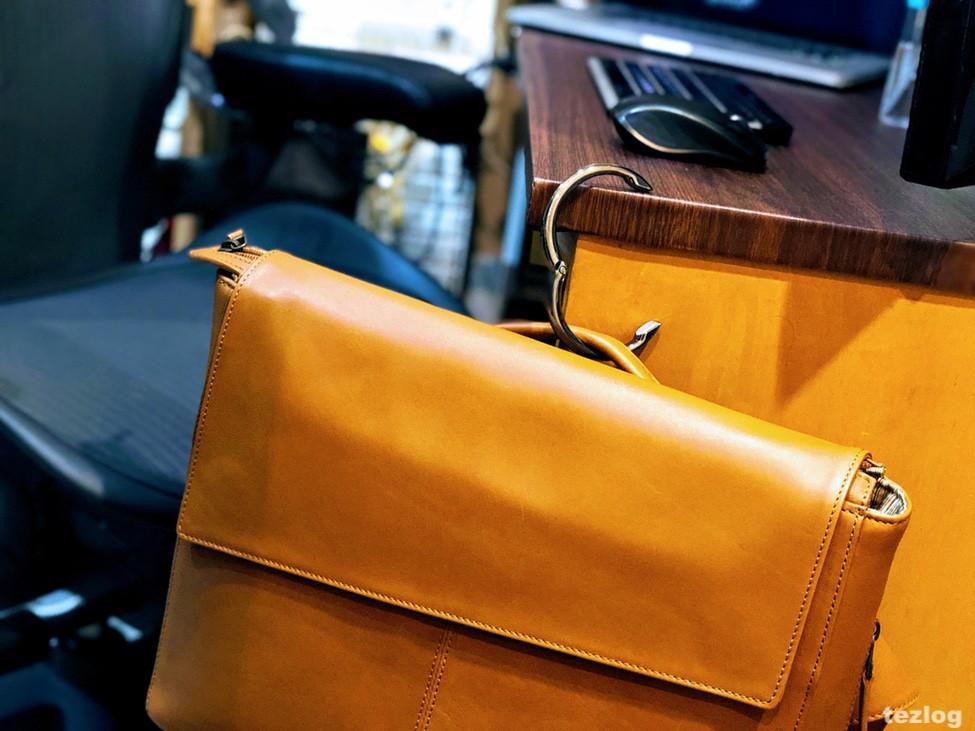 バッグハンガーclipaでMOTHERHOUSE Zadan Messenger バッグを机にかけている画像