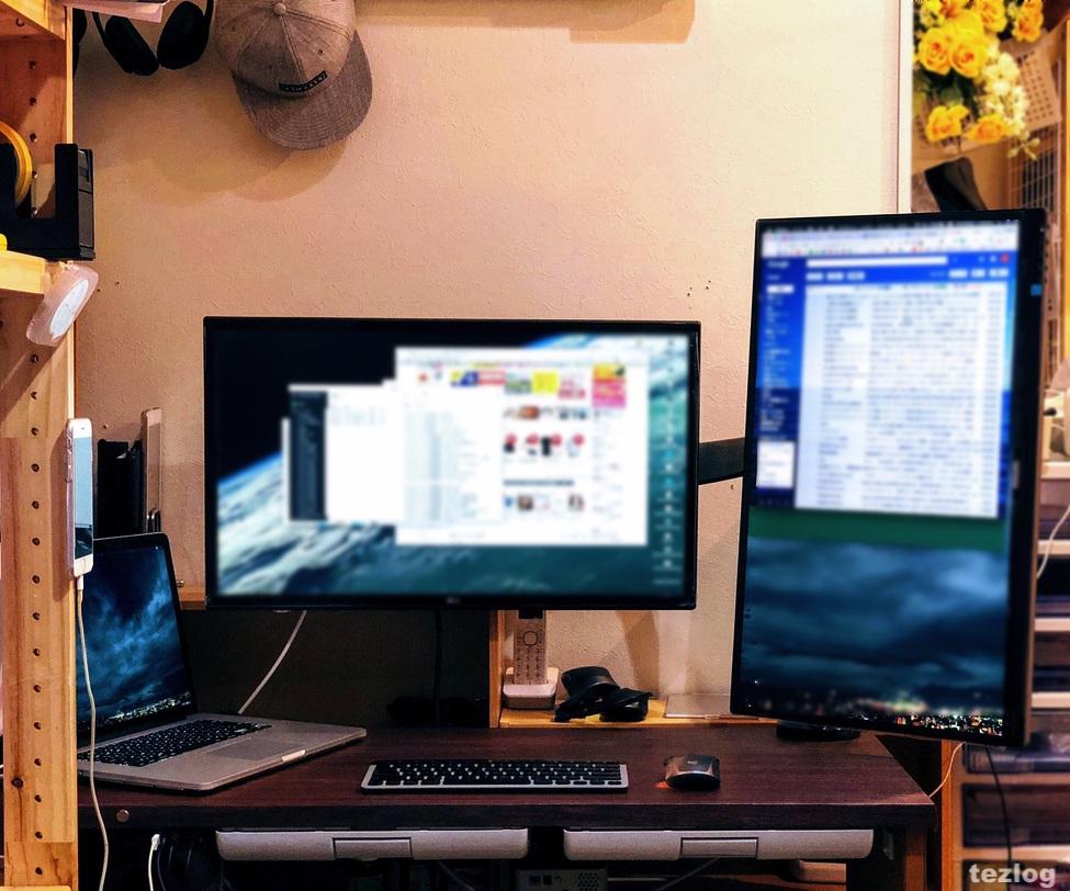 机にボックスを置いてモニターアームの高さ調節でスタンディングデスクに。
