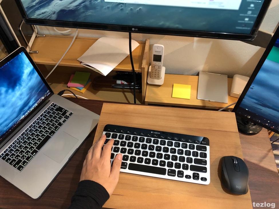 スタンディングデスクとして使用中のボックス使用風景