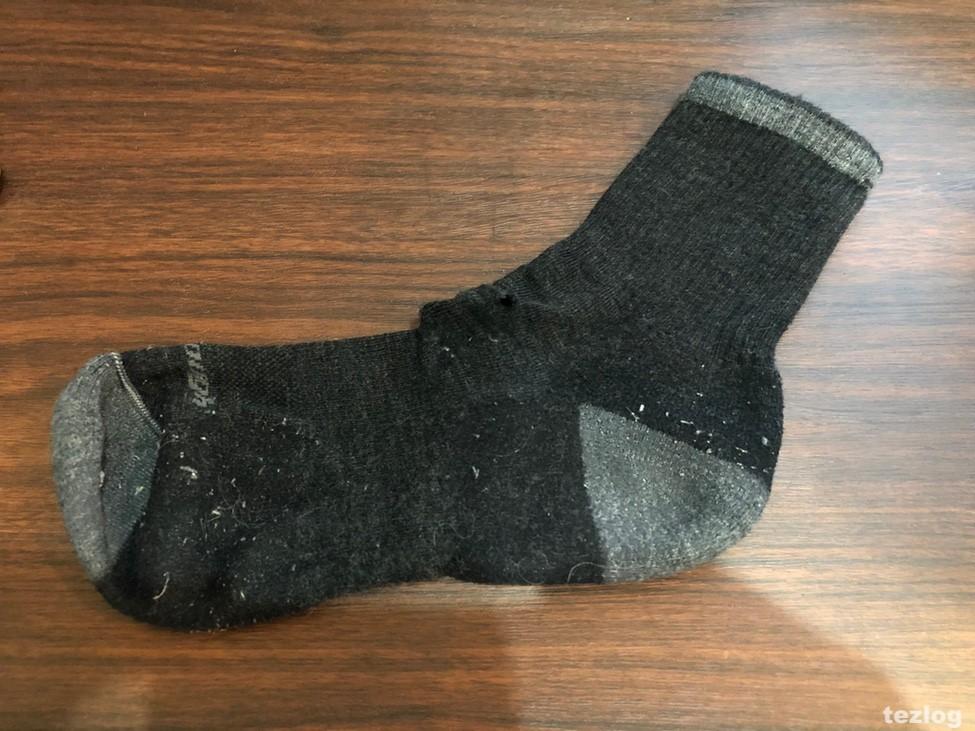 穴の空いたダーンタフの靴下