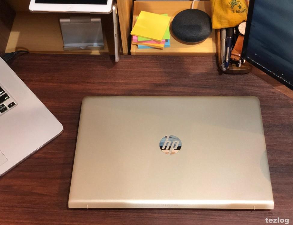 机に置いたHP ノートPC Pavilion 15 4EL44PA-AACD 天板の質感