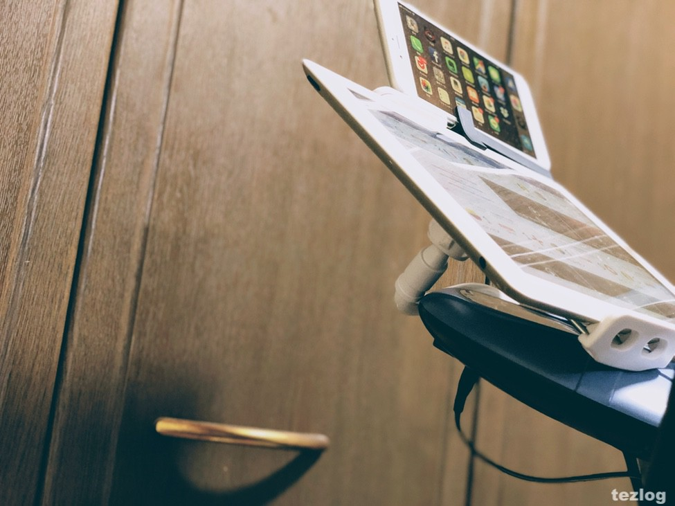 AKEIE フレキシブルアームスタンドで設置してるiPadにMountieでiPhoneを取り付け