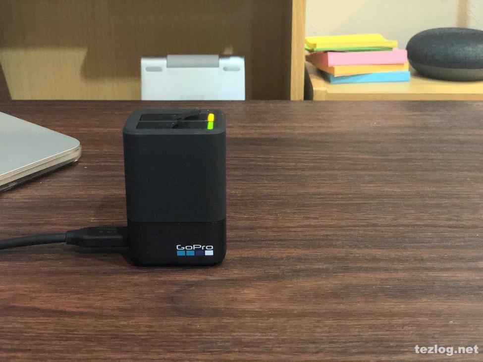 GoPro Hero6用デュアル バッテリー チャージャー AADBD-001-AS 充電中