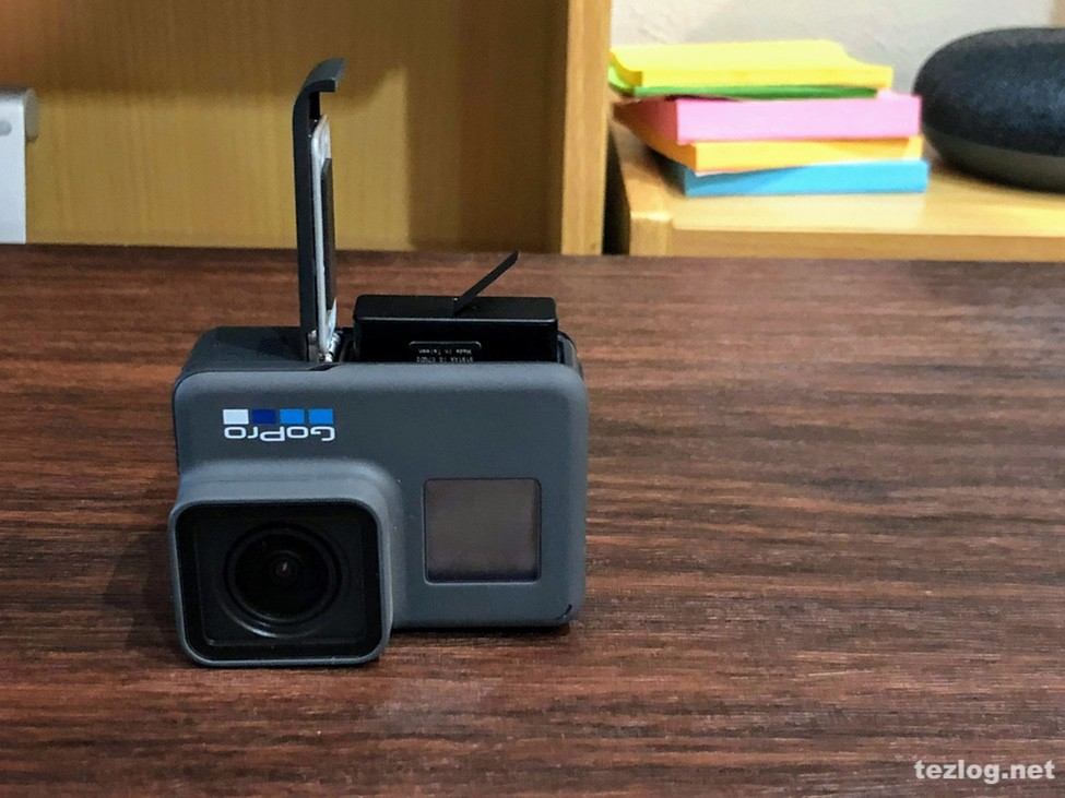 GoPro Hero6 バッテリーとMicro SDカードをセット