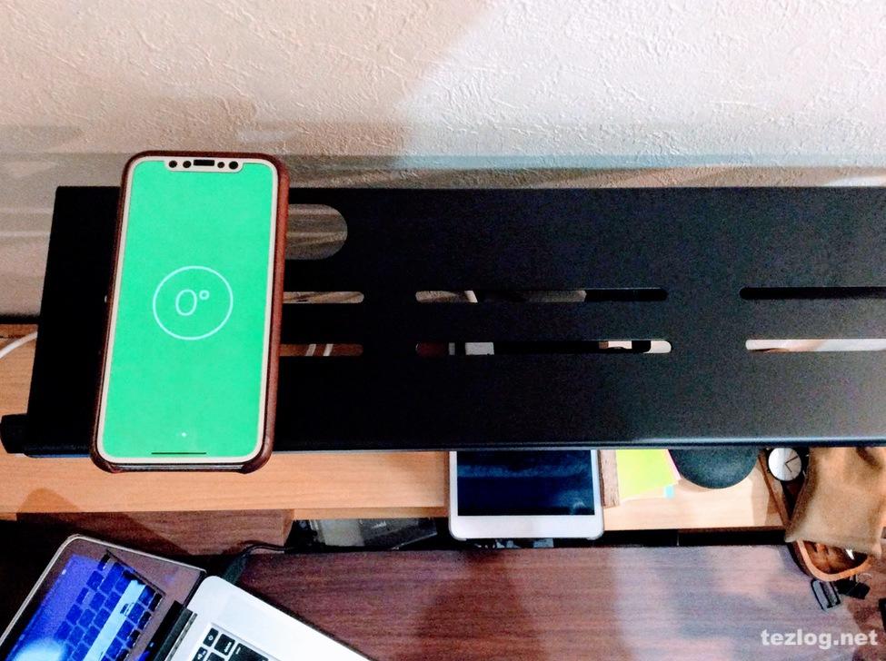iPhoneの水平器を使ってサンワサプライ ディスプレイ上部用収納台の設置