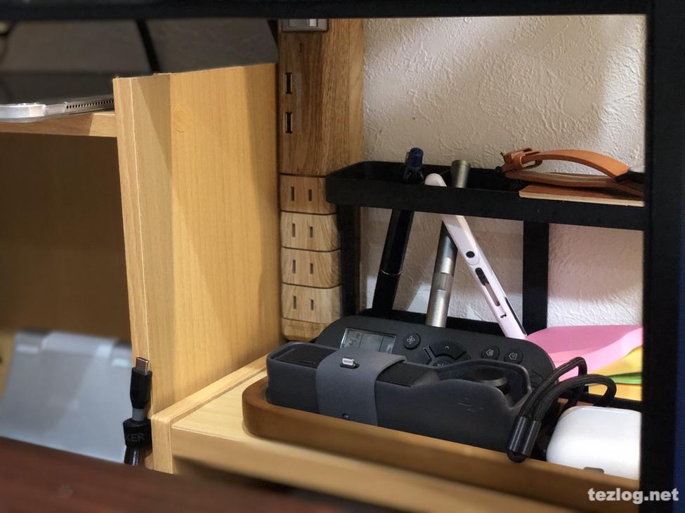 Fargo おしゃれな木目調のAC4個口電源タップ USB付きを机の上に設置