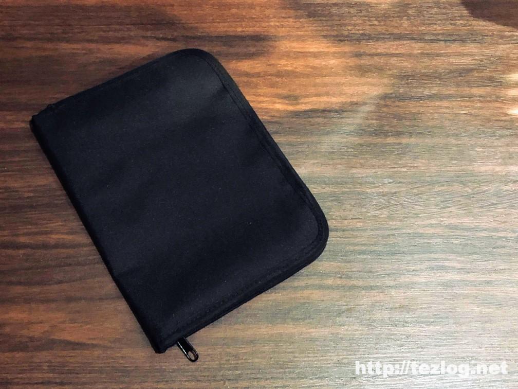 折れたり傷つけずに本をバッグに入れられるブックケース。キュービックス ブックカバー ラウンドジップ