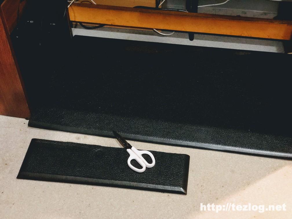 八幡ねじ 疲労軽減マット を机のサイズに合わせてハサミでカット