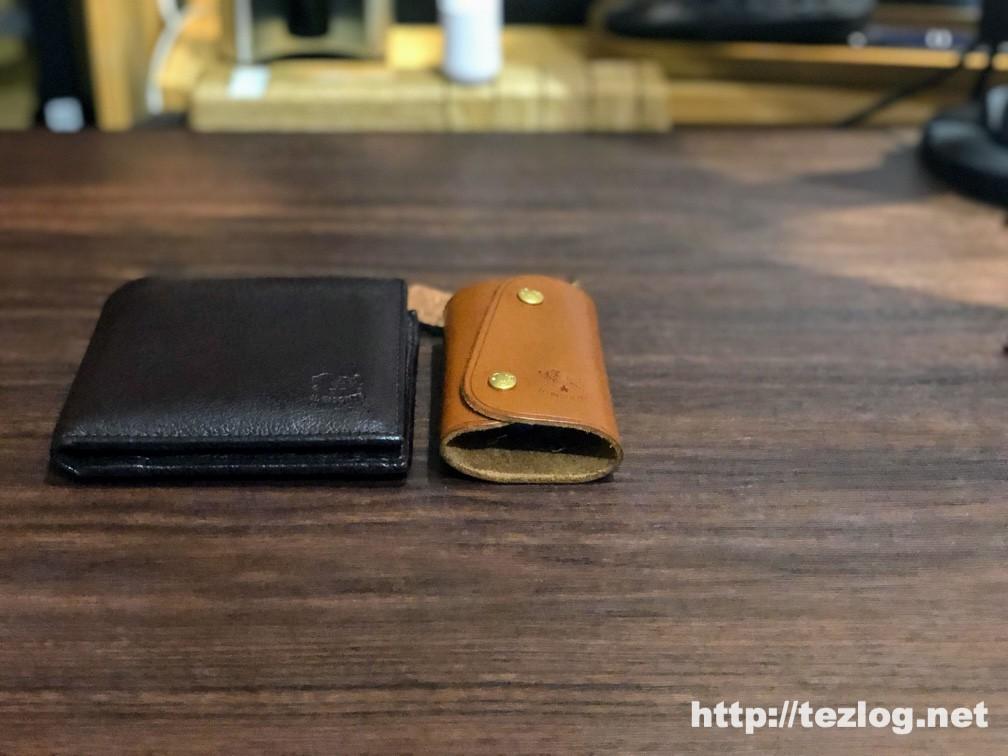 MAMORIO (2019) MAM-003 チャコールブラックとミルクベージュつけた財布とキーケース
