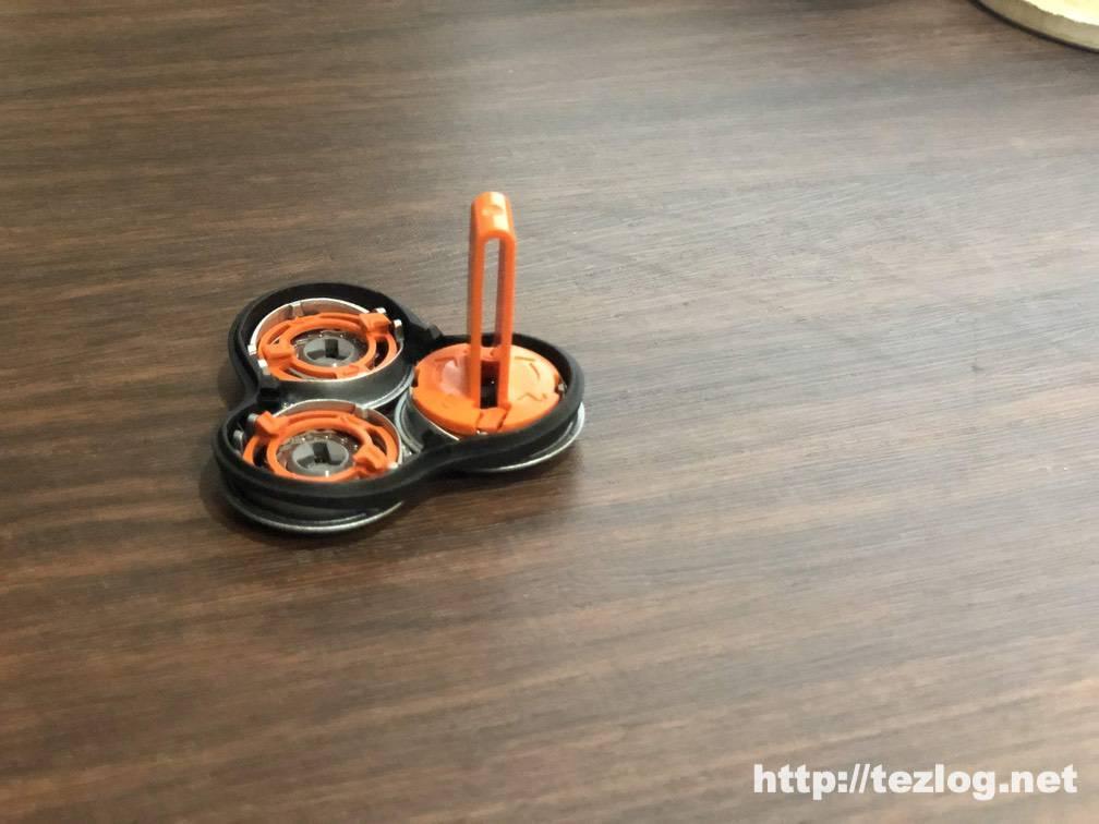 替刃を交換するには、シェービングヘッドホルダーと保持板ホルダーを使用してシェービングヘッドを取り外し。
