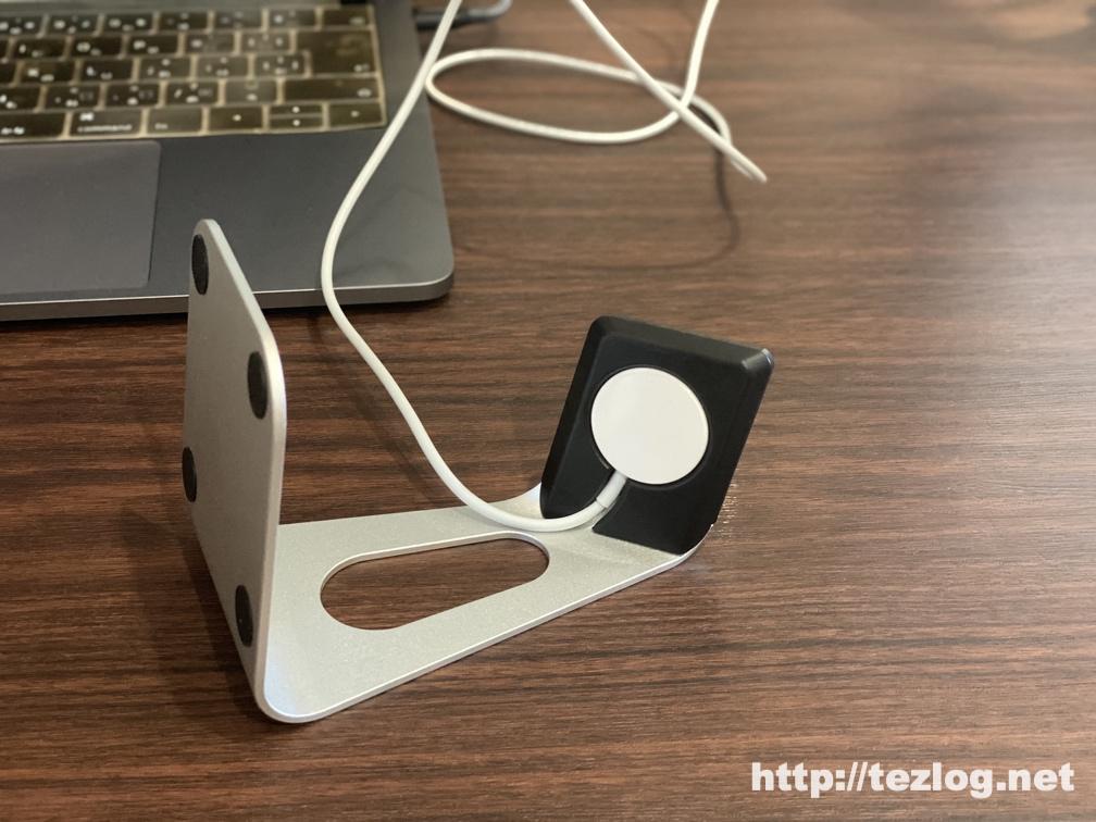Moobom Apple Watch 充電スタンド アルミニウム製 にApple純正の充電ケーブルをセット