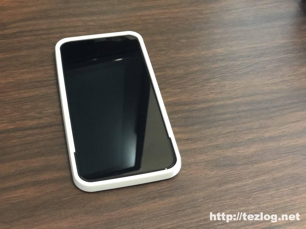 iPhone 11 Pro 用ガラスフィルム Nimaso ガイド枠付き全面保護フィルムをガイド枠を使って貼り付け