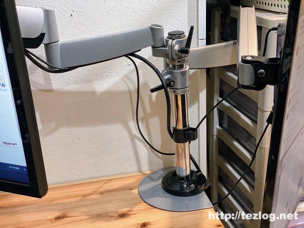 「かなでもの 」杉無垢材とアイアン脚のデスクにモニターアームを設置