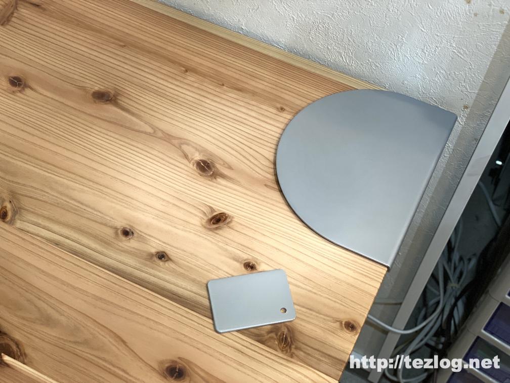 「かなでもの 」杉無垢材とアイアン脚のテーブルにサンワサプライ モニタアーム補強プレート CR-LAPLT1を取り付け