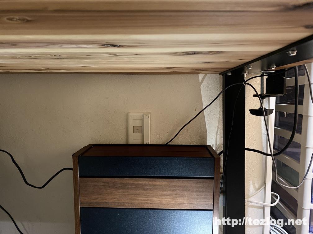 「かなでもの 」杉無垢材とアイアン脚のデスク下にサンワダイレクトのケーブルボックスを設置