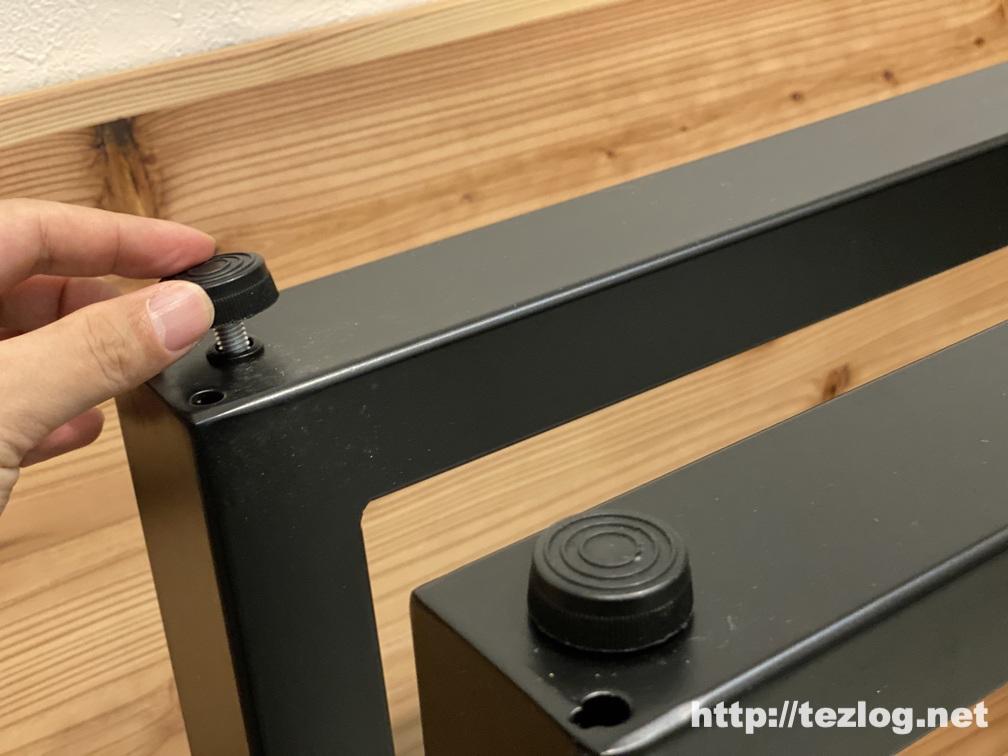 「かなでもの 」のテーブルを組み立て アイアン脚にアジャスターを取り付け