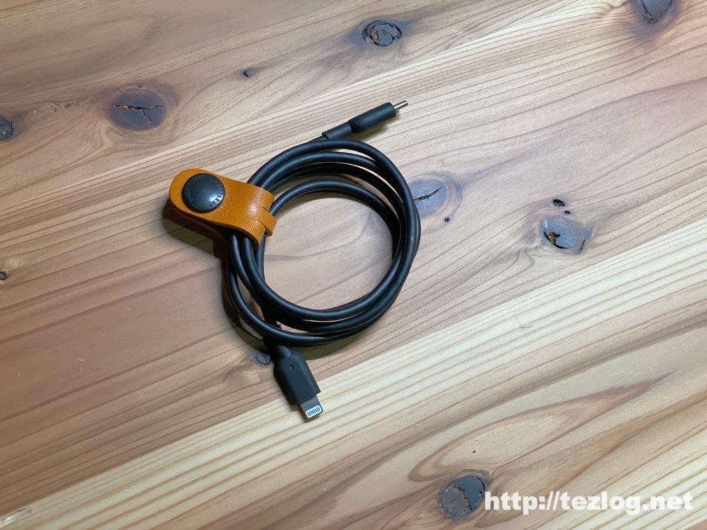 TAVARAT 姫路レザー コードクリップ Tps059 キャメルでライトニングケーブルを束ねる