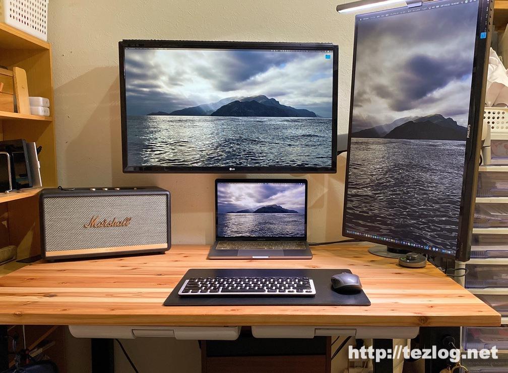 ケーブル整理したかなでもの 無垢材の机の上 MacBook Proと2枚の液晶ディスプレイなど