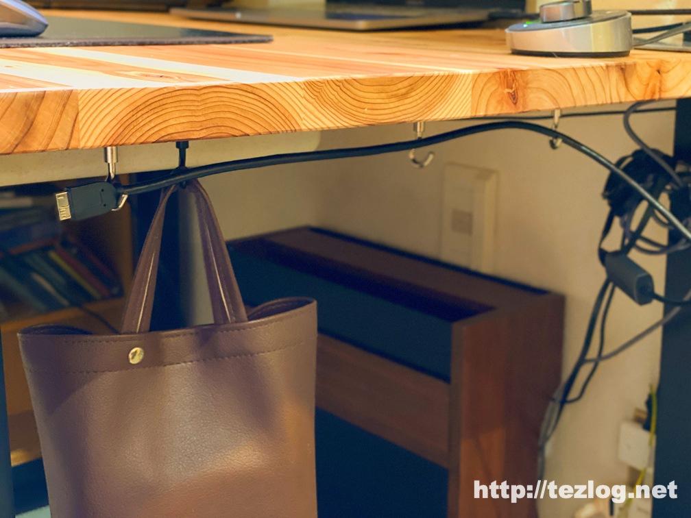 机の天板下のケーブル整理