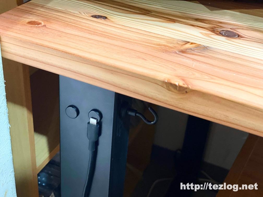 かなでものの机の鉄脚に合わせて黒く塗装したネオジム磁石の使用風景