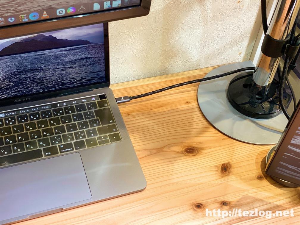 MacBook ProとUSB CハブをUSB C延長ケーブルで繋いでスッキリさせた机の上
