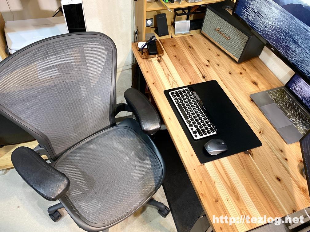 かなでもの机周り アーロンチェア、MacBookProと外部モニター2枚など