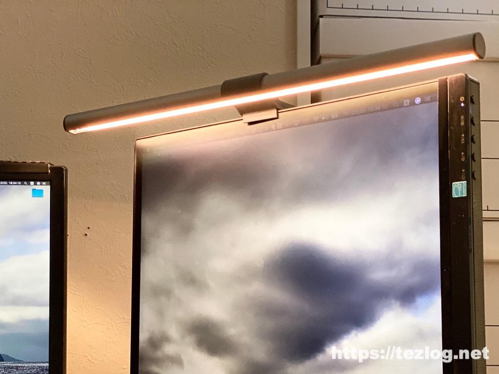 BenQ ScreenBar Plus 使用風景 暖かい色に調光