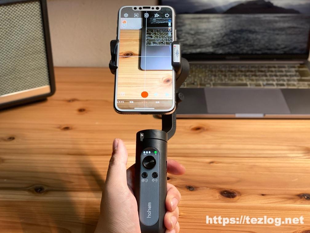 Hohem スマホジンバル iSteady X にiPhoneを縦向きで取り付けての使用風景