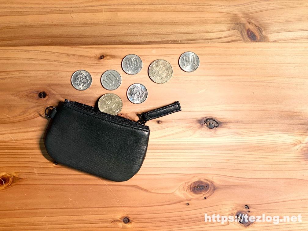 TAVARAT 革の小銭入れ 「Jali -ジャリ-」ブラックに小銭を入れる