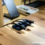 Anker マグネット式ケーブルホルダー Magnetic Cable Holderの使用風景 無垢材の机でLightningケーブルとUSB-Cケーブルを留める