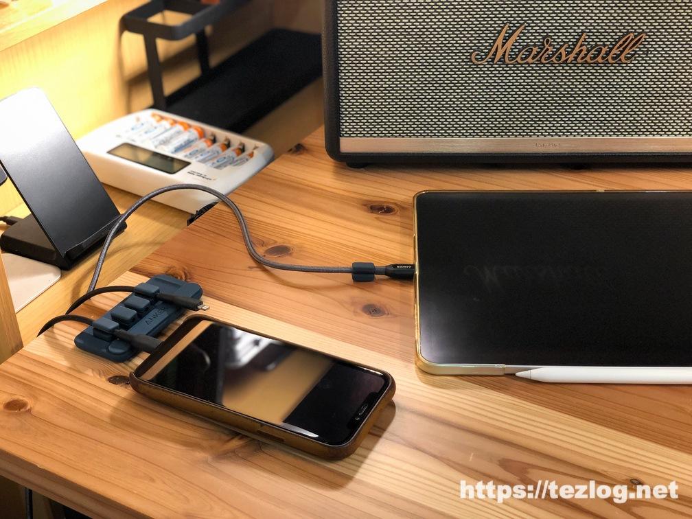 Anker マグネット式ケーブルホルダー Magnetic Cable Holderの使用風景 無垢材の机でiPhone 11 Pro とiPad Pro を充電