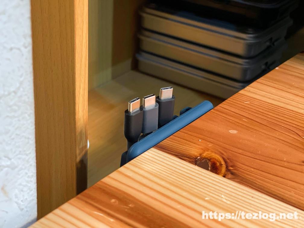 剥がして貼り直したAnker Magnetic Cable Holder