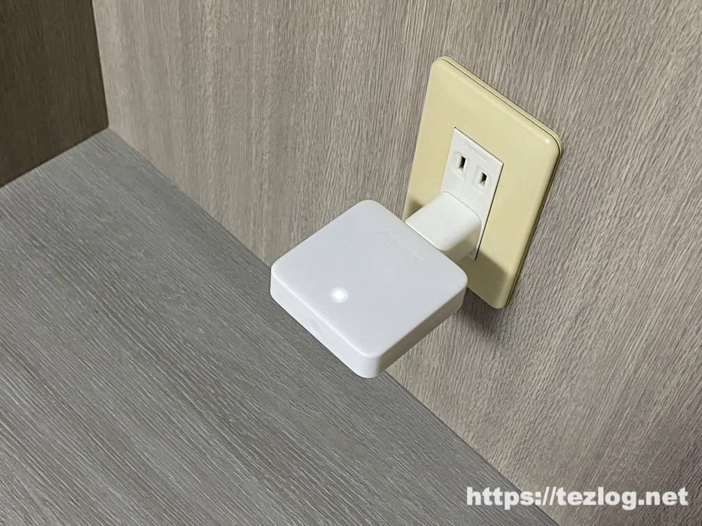 SwitchBot ハブミニと専用コネクタを使って電源コンセントに。