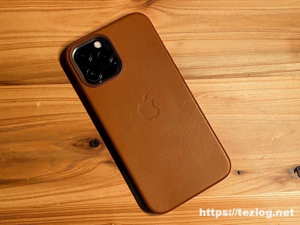 Apple 純正レザーケース サドルブラウン を付けたiPhone 12 Pro Max