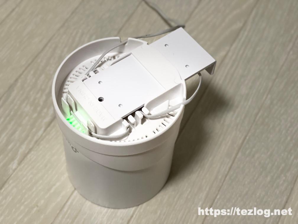 TP-Link Deco X20・X60にウォールマウントホルダー LUOGAOを装着 下からランプを確認
