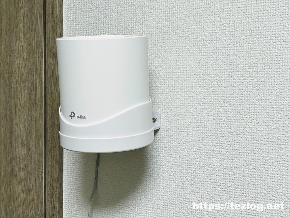 TP-Link メッシュWi-Fiルーター Deco X20・X60 ウォールマウントホルダー で壁に取り付けての使用風景