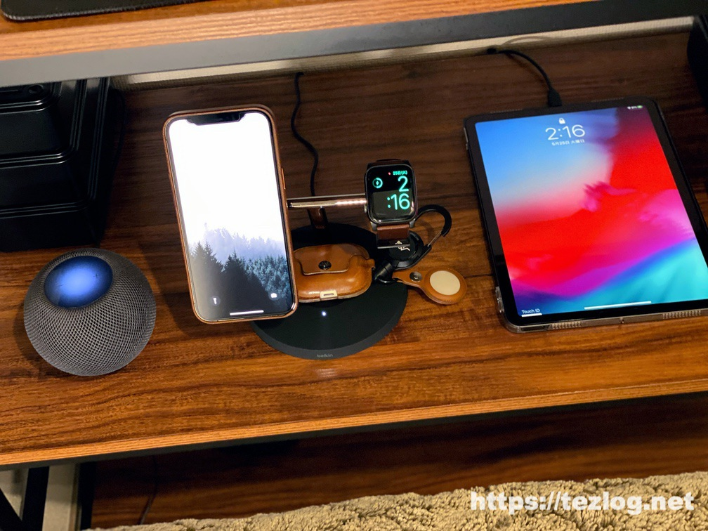 Belkin MagSafe 3-in-1磁気ワイヤレス充電器 寝室での使用風景 iPhone 12 Pro MaxとApple WatchとAirPods Proを3台同時ワイヤレス充電
