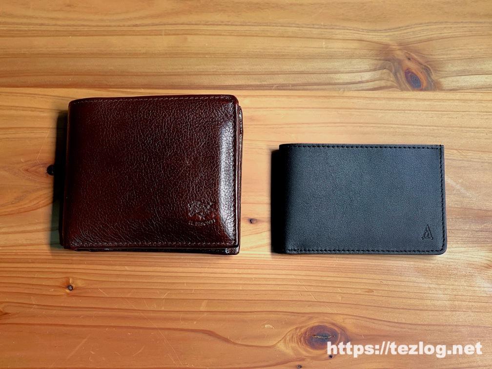 TAVARATの薄くて小さな革財布 Receca と 普通の二つ折り革財布のサイズを比較