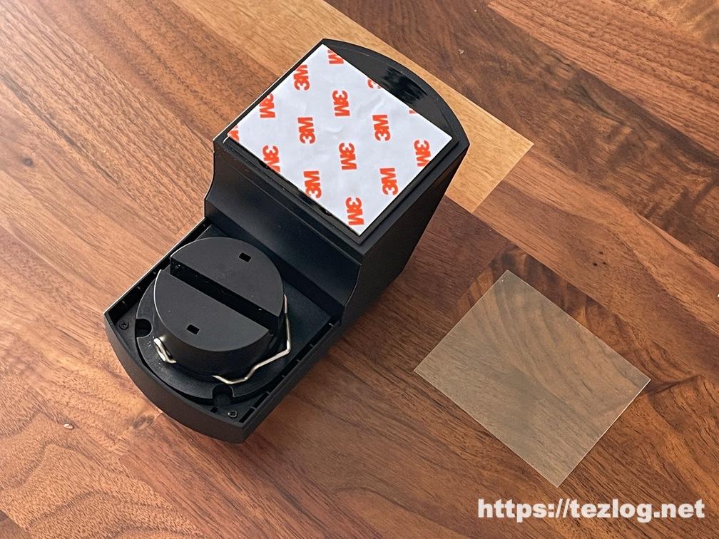 スマートロック SADIOT LOCKに両面テープを貼り付け