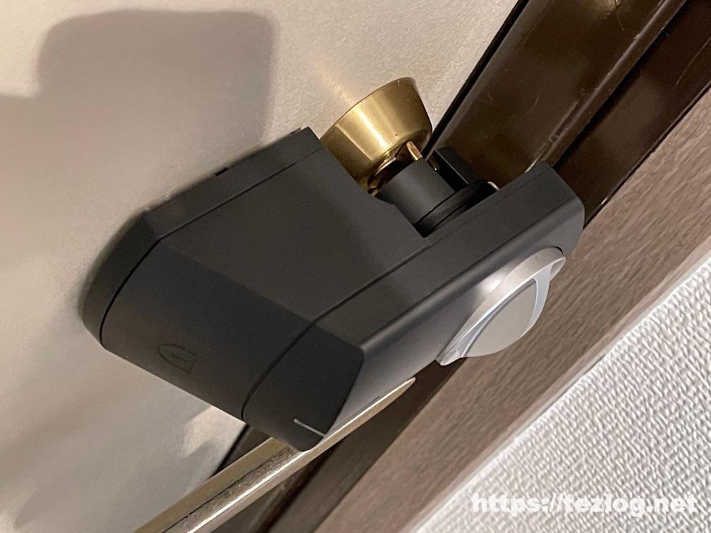 スマートロック SADIOT LOCKを両面テープで玄関に貼り付け